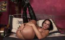 Round assed brunette vixen spread legs and finger her